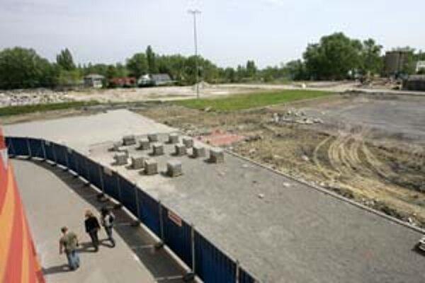 Časť parkoviska shopping centra Zlaté Piesky je už ohradená spolu so stavebným pozemkom, na ktorom má stáť Soravia Centrum IV, V.