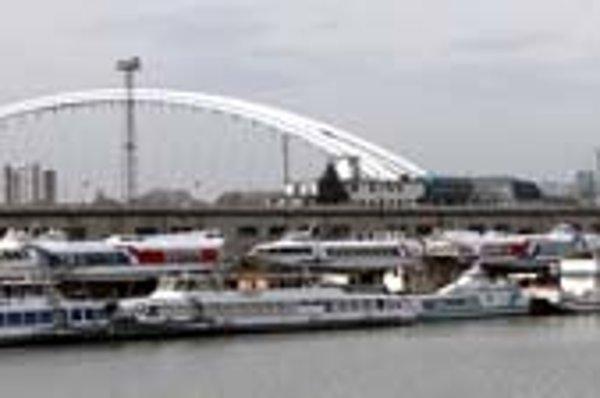 Loď Kamzík (na snímke druhá sprava), ktorá ešte pred piatimi rokmi prevážala Bratislavčanov z jedného brehu na druhý, dnes kotví v Zimnom prístave. Potrebovala by investíciu.