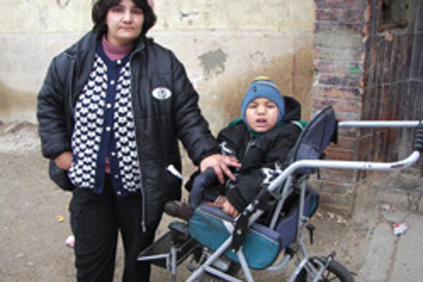 Oľga Tóthová sa s postihnutým synom nemá kde podieť. Peniaze na nové bývanie nezohnala.