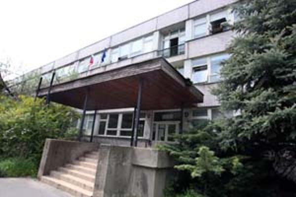 Stredná priemyselná škola elektrotechnická na ulici K. Adlera v Dúbravke bude prvou školou v meste so solárnou energiou.