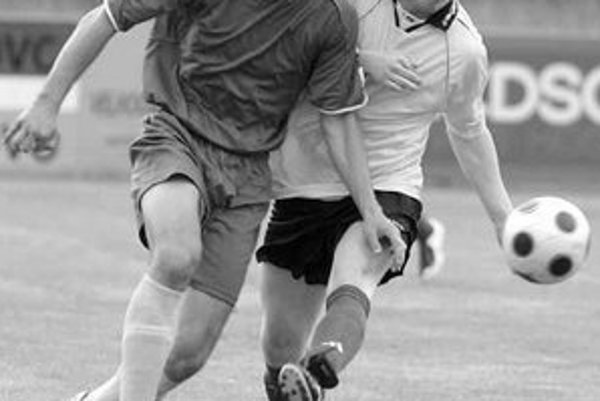 Strelec oboch gólov Čunova Igor Gábriš (vpravo) v súboji s Malačanom Filipom Kalankom. Zo zápasu 22. kola III. futbalovej ligy ŠK Čunovo - ŠK Malacky 2:1.