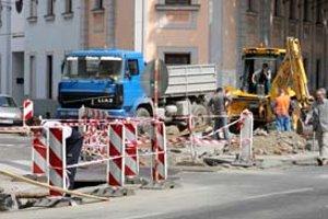 Na Dostojevského rade a priľahlých uličkách sa v týchto dňoch dokončuje rekonštrukcia plynových prípojok. Rozkopávky, ktoré obmedzujú najmä chodcov, sú povolené do 1. júna.
