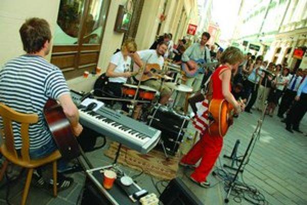 Za zachovanie jedální Vegetka a Diétka na Laurinskej ulici sa angažuje občianska iniciatíva Neberte nám Vegetku, pričom petíciu do štvrtka podpísalo už viac ako tritisíc ľudí. Včera priamo pred Vegetkou iniciatívu podporili koncertom skupiny Živé kvety a
