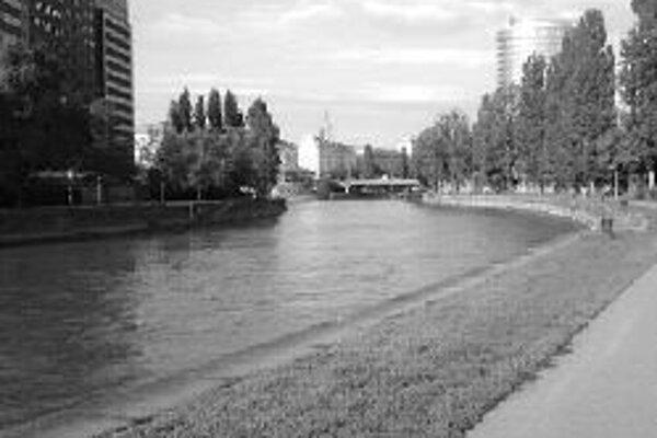 Viedenský Dunajský kanál, tzv. Donaukanal, prichádza pred blížiacimi sa futbalovými majstrovstvami Európy s novou atrakciou. Parková oáza Central Garden bude sprístupnená v sobotu 31. mája širokej verejnosti vo viedenskej časti Leopoldstadt a ponúkne náv