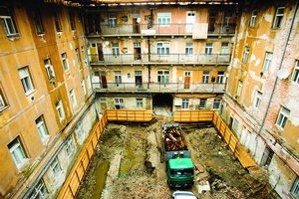 Archív mesta Bratislavy presťahovali v roku 2006 dočasne do Paláca Motešických. Ten v súčasnosti rekonštruuje a nadstavuje spoločnosť CDC. Včera dom vytopilo a voda poškodila aj dokumenty archívu.