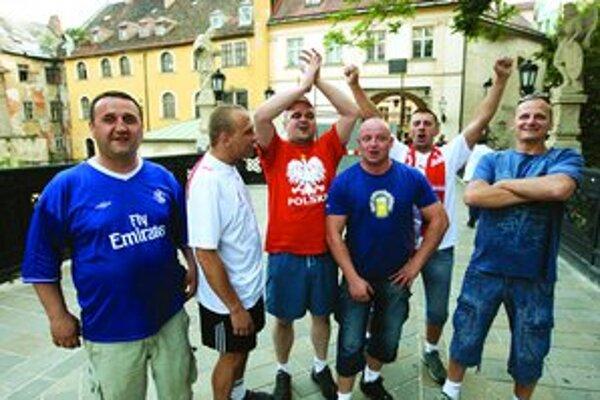 Futbal do Bratislavy dotiahol tisíce fanúšikov. Niektorí sa tu aj ubytovali a do Viedne na zápasy dochádzajú.