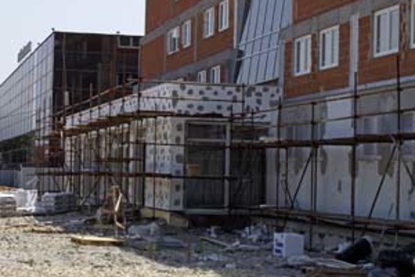 Sporným bodom na rokovaní poslancov bola prístavba zimného štadióna, padol aj návrh vypustiť položku z rozpočtu úplne.