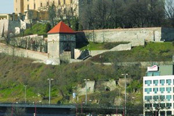Pôvodný val na mieste hradieb založili Kelti.