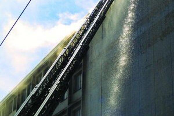 Oheň poškodil najmä strechu a interiér.