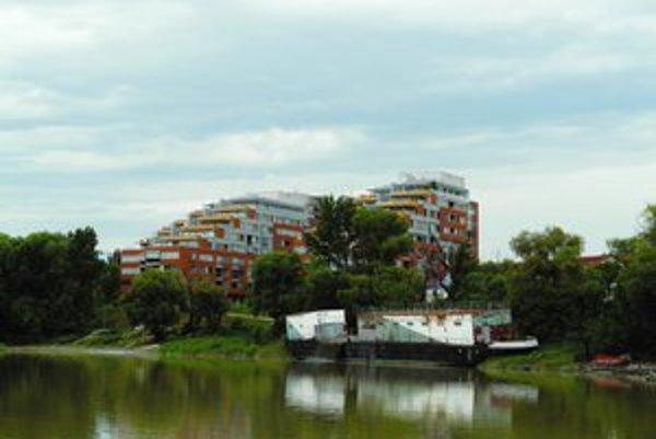 V Karlovoveskej zátoke sa bude stavať ďalej. Bývalé vysokoškolské lodenice už zrušili, pribudne moderná lodenica.