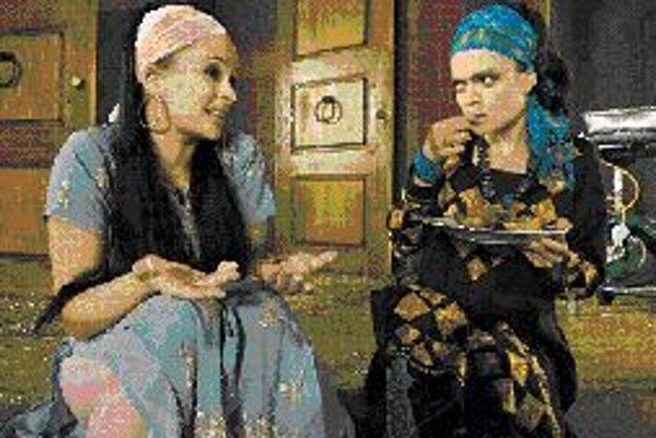 Žiarlivú manželku Adiranu stvárnila Jitka Čvančarová (vľavo), sestru Lucianu Jana Stryková (vpravo). foto - shakespeare.cz