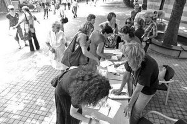 Z Poštovej ulice účastníci petície smerovali k švédskemu veľvyslanectvu.