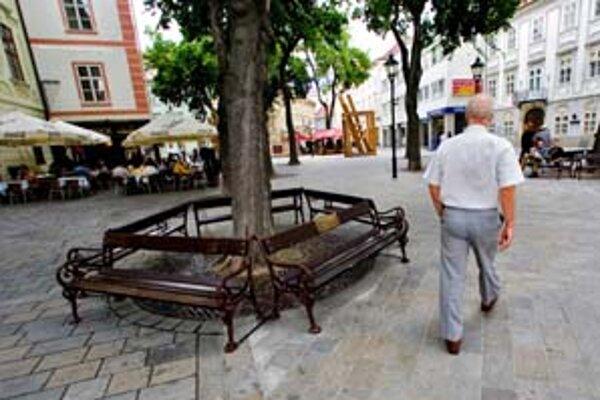 Lavičky s menami ľudí, ktorí nezištne pomáhali obyvateľom mesta, existujú už dva roky.
