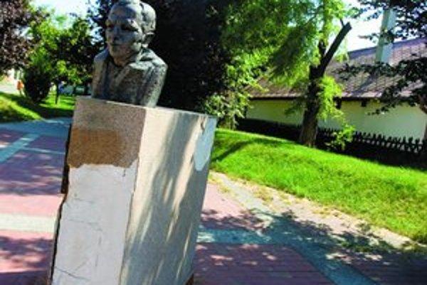 Spisovateľ Rudolf Sloboda vydal 26 kníh (napríklad romány Narcis, Britva, Krv, Rozum), napísal dve divadelné hry a štyri scenáre. Narodil sa 16. 4. 1938 v Devínskej Novej Vsi, kde býval až do smrti. Svoj život ukončil v roku 1995.