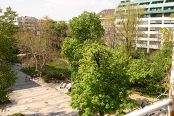 V parku na Belopotockého sa mohli obyvatelia voľne poprechádzať ešte v roku 2005. Dnes je tento pozemok vysoko oplotený,