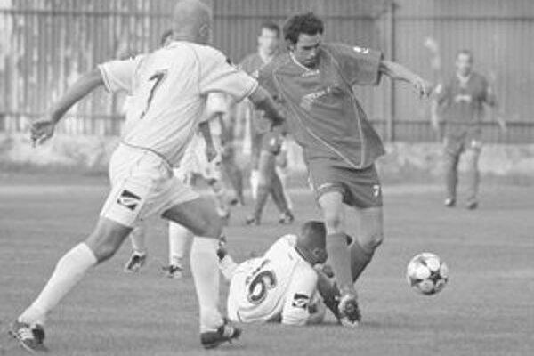 Striedajúci hráč Trnávky Martin Barbuščák (vpravo) strieľa vyrovnávajúci gól, ktorým naštartoval svoj tím k víťazstvu 2:1 nad Stupavou v zápase 4. kola III. ligy na ihrisku súpera.