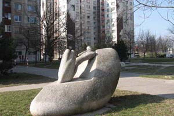 Medzi petržalské pamätihodnosti patrí aj plastika Ležiaca žena na Ľubovnianskej 3. Medzi pamätihodnosti nepatria len tradičné historické objekty, ale aj novodobé. V zozname je napríklad aj rozárium v Sade J. Kráľa, vojenský bunker alebo lodné múzeum na