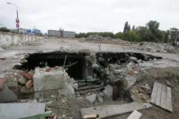 V skladoch bývalej gumonky horel v nedeľu odpad a stavebný materiál. Od leta je priestor staveniskom, mal by tam vyrásť komplex Klingerka.