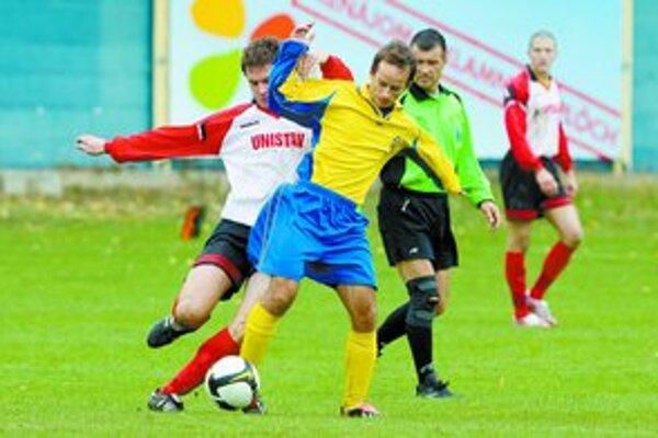 Ružinovčan Matej Timkovič (v žlto-modrom) sa štyrmi prihrávkami na góly zaslúžil o víťazstvo svojho tímu. Zo zápasu 9. kola III. futbalovej ligy FC Ružinov - ŠFK Jablonec 6:0.