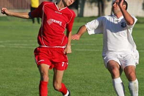 Marek Paštrnák (vľavo) z Trnávky potvrdil v závere zápasu v Jablonci dvoma gólmi víťazstvo svojho tímu 3:0 v 10. kole III. futbalovej ligy.
