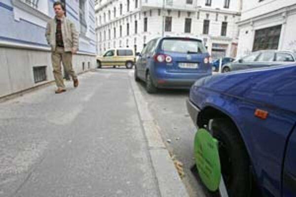 V Starom Meste je málo miest na parkovanie, vodiči využívajú každé voľné miesto.