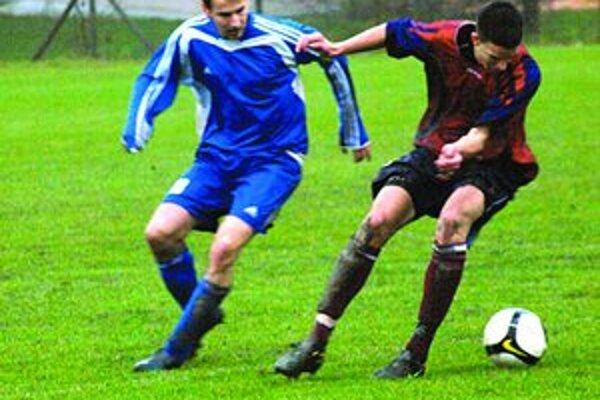 Lamačan Michal Vozár (vľavo) tento súboj s Máriom Mikitom z Jablonca prehral, ale jeho tím v zápase 6. kola III. futbalovej ligy zvíťazil 3:1.