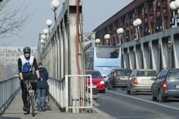 Záver hlavnej prehliadky Starého mosta, geodetických meraní a dynamickej zaťažkávacej skúšky dostalo mesto tento mesiac. Odporúča sa okamžité zastavenie automobilovej dopravy s výnimkou mestskej hromadnej dopravy.