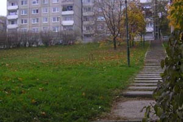 Na Tranovského ulici môže vyrásť ďalší dom. Ľudia proti výstavbe bojujú petíciou. Bytovka má stáť na zanedbanom ihrisku, ktoré plánuje samospráva revitalizovať.