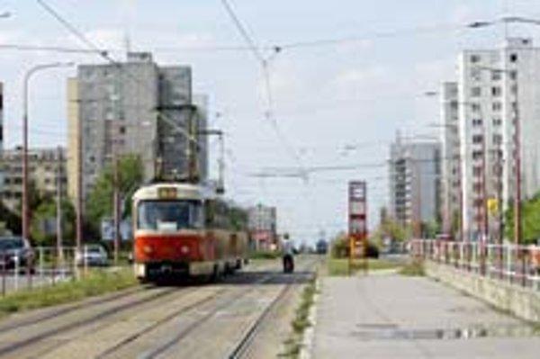 Električková trať v Dúbravke by sa mala rekonštruovať. Nie je ešte isté, či to bude už v ďalšom roku. Zatiaľ tam električkám preventívne znížili rýchlosť.