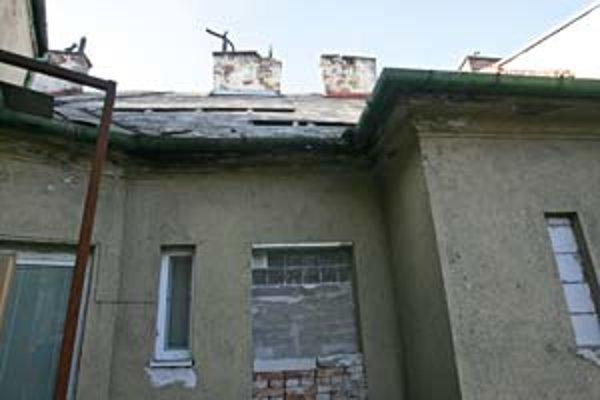 Strecha domu na rohu Dostojevského radu a Lazaretskej je deravá, s nahnutými komínmi a azbestovými obkladmi. Majiteľ si na úpravy najal firmu, ktorá nemá oprávnenie na prácu s azbestom. Hygienici ich preto zastavili.