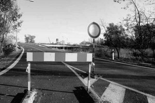 Zjazd z estakády na Jantárovej ústiaci na Einsteinovu ulicu je hotový. Spojenie dvoch frekventovaných komunikácií vedie popri Sade Janka Kráľa (foto vľavo). S ďalšou cestou sa uvažuje na druhej strane parku, mala by viesť od Viedenskej cesty k Aupark Towe