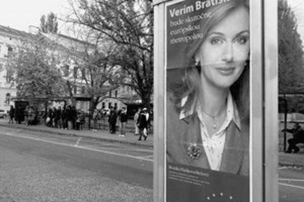 Hoci oficiálne sa predvolebná kampaň začne až dnes, ulice mesta už sú niekoľko týždňov plné plagátov a billboardov. Súčasný primátor stavil na svoju prácu, Monika Flašíková-Beňová na svoju tvár.