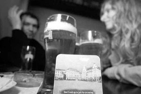 Podložky pod pivo sú už v krčmách po meste, majú varovať anglicky hovoriacich turistov pred výtržníctvom.