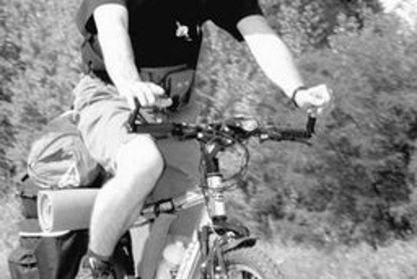 Josef Rykr je na cestách po Európe od septembra. Na snímke počas toho, ako vyráža spod Nového mosta. Medzitým sa mu však bicykel pokazil, takže stopuje. Momentálne je v Taliansku a vypomáha v továrni, aby sa uživil.