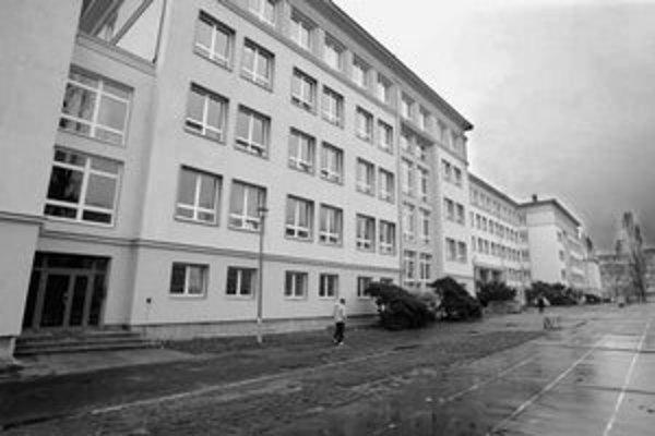 Gymnázium Jura Hronca na Novohradskej ulici je v súčasnosti spojené so Základnou školou Košická. Svoje brány otvorilo študentom prvýkrát v roku 1959.