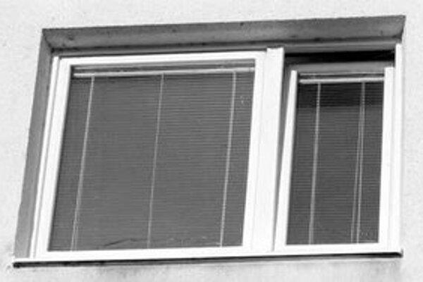 Rámy na plastových oknách sa pri požari rozpúšťali a sklá popraskali.