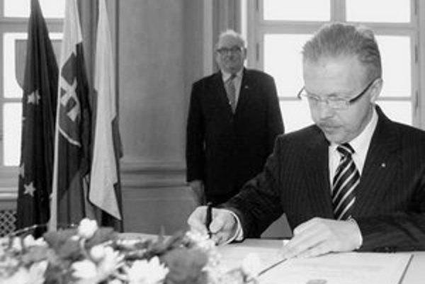 Minulý týždeň zložili sľub mestskí poslanci i staronový primátor Andrej Ďurkovský. Za ním na snímke je predseda mestskej volebnej komisie Štefan Škrabák.