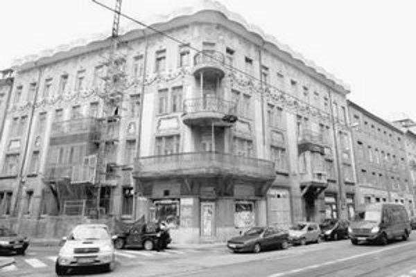 Secesný dom zo začiatku 20. storočia na rohu Štúrovej a Tallerovej ulice, v ktorom dlhé roky sídlila známa kaviareň Tulipán a lekáreň, rekonštruujú.