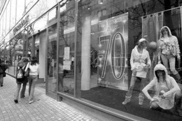Zľavy sa začali už pred Vianocami, výpredaj pokračuje zlacnením až o sedemdesiat percent.