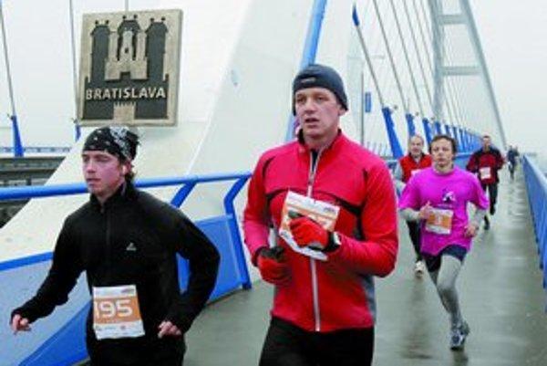 Trať posledného vytrvalostného behu v Bratislave viedla aj cez Most Apollo.