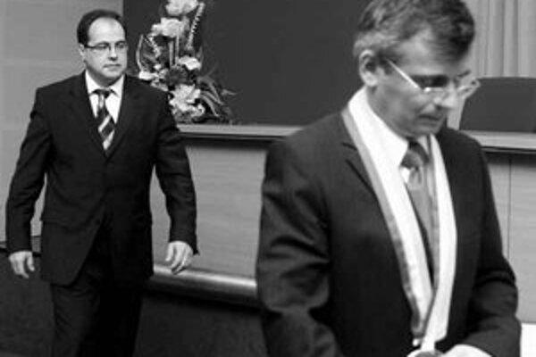 Slavomír Drozd (vľavo), ktorý kandidoval za koalíciu Smer, SMK, HZDS, SF, vystriedal na čele ružinovskej samosprávy pravičiara Pavla Kuboviča. Tesne po voľbách Drozd povedal, že preverí činnosť predchádzajúceho vedenia a obmedzí zahusťovanie výstavby, kto