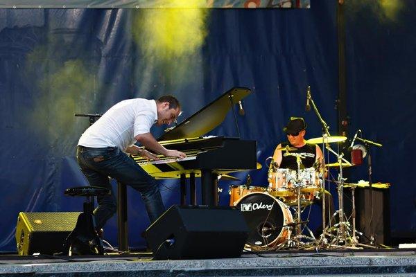 Jozef Hollý sa na klavíri snaží popularizovať klasickú hudbu.