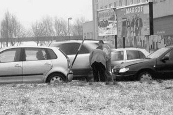 Doprava v meste bola pod vplyvom nečakaného sneženia ochromená, počasie vodičov prekvapilo. Len do 14.00 sa v Bratislave stalo 36 dopravných nehôd, pri jednej prišiel o život chodec.