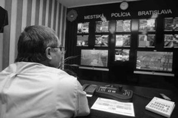 Všetky policajné kamery v meste sú opticky prepojené do centrály mestskej polície na Gunduličovej. FOTO SME – PETER ŽÁKOVIČ
