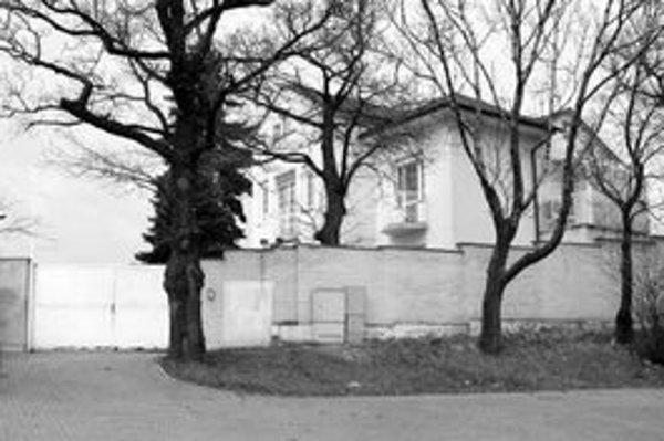 Súčasná prezidentská vila na Pažického ulici vraj nestačí na reprezentatívne účely. Kancelária prezidenta chce postaviť novú rezidenciu. Bratislavčania si v posledných rokoch zvykajú na nové stavby v okolí Slavína, ktoré môžu pôsobiť rušivo.