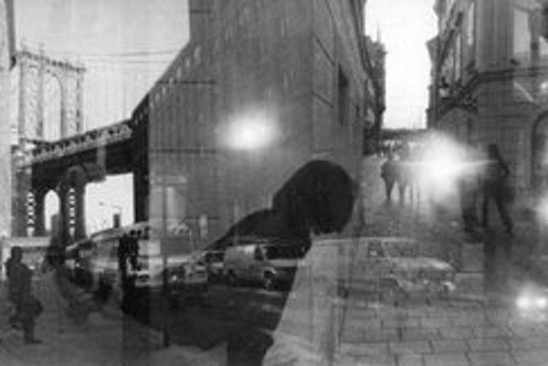 Josef Moucha (1956) roku 1989 založil Aktív voľnej fotografie a v roku 1991 Pražský dom fotografie. Od 80. rokov cestuje po svete a fotografuje rôzne mestá.