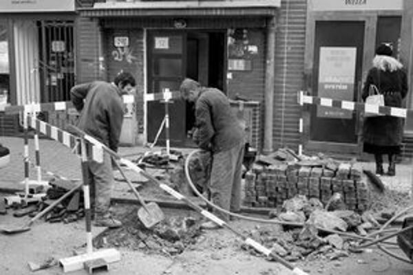 Byty v troch domoch na Grösslingovej včera nemali elektrinu. Pri skrate na vedení sa poškodil plynovod.