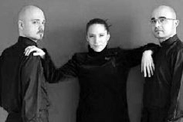 Gitarové trio Folarte hrá prvýkrát na SlovenskuCC Centrum na Jiráskovej 3 v Petržalke pozýva v nedeľu o 16.00 na koncert z cyklu Momentum musicum. Predstaví sa české gitarové trio Folarte v zložení Ďusi Burmeč, Anna Slezáková a Vlastimil Flajšingr. Trio