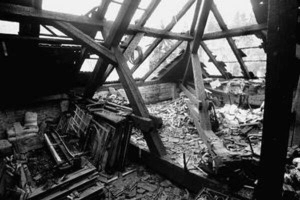 Strechu domu na Timravinej 9 niekto v noci na včera úmyselne podpálil.