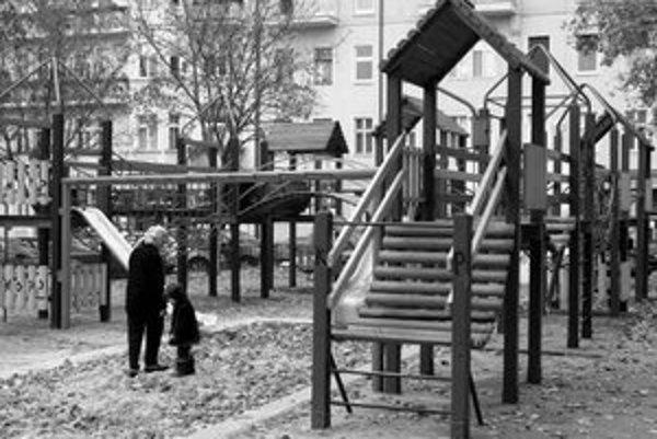 Najvhodnejší čas na komplexnú prerábku detských ihrísk je teraz, kým sa nepoužívajú. Mestské časti musia väčšinu hracích prvkov vymeniť úplne.